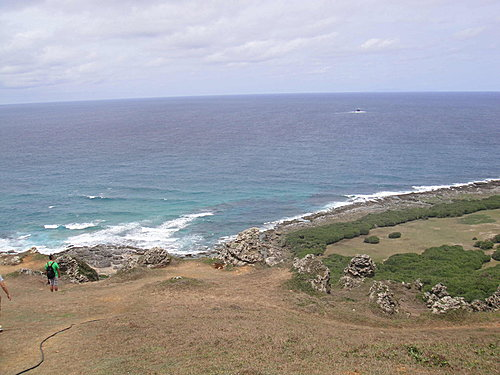 海上的岩石與裂口直指東方