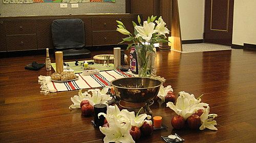 (儀式的佈置,儀式舉行前需要先淨身並淨化場地,架設神聖空間並起動魔法圈)
