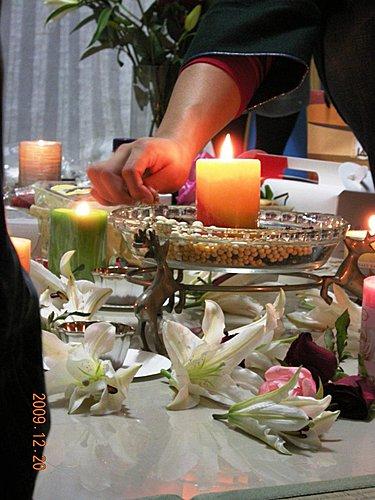 圖三點燃太陽聖子的蠟燭,SEER開始示範做種子袋